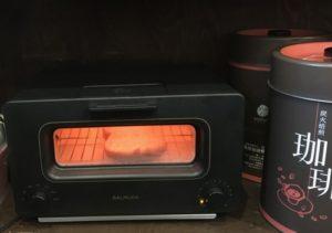 パンを焼くバルミューダ・トースター