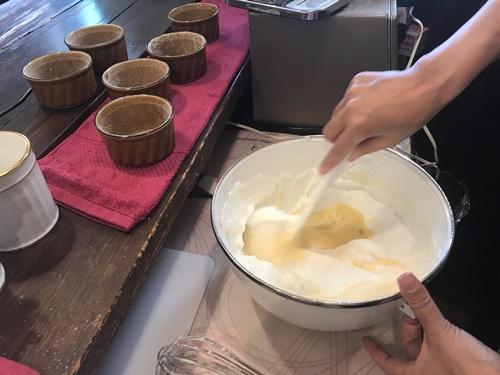スフレケーキのメレンゲとかスタートを混ぜる