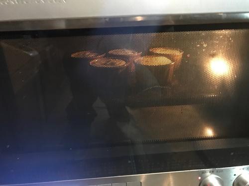 オーブンで焼かれるスフレケーキ