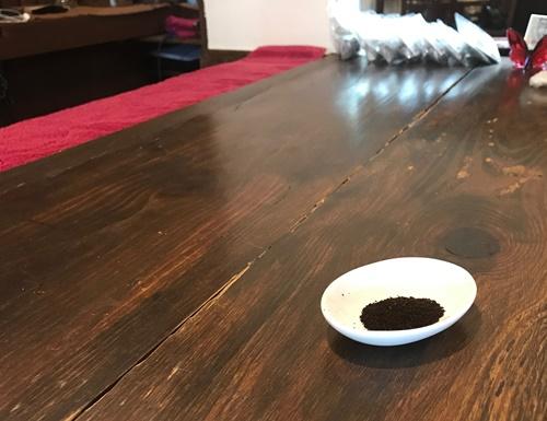 アイスクリームにふりかけるコーヒーの粉